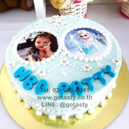 White and blue  photo cake of princess Elsa and Anna from Frozen with snow decorations